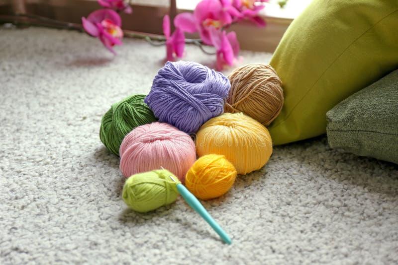 De kleurrijke breiende garens en haken op tapijt royalty-vrije stock foto
