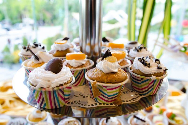 De kleurrijke Cake van de Kop stock fotografie