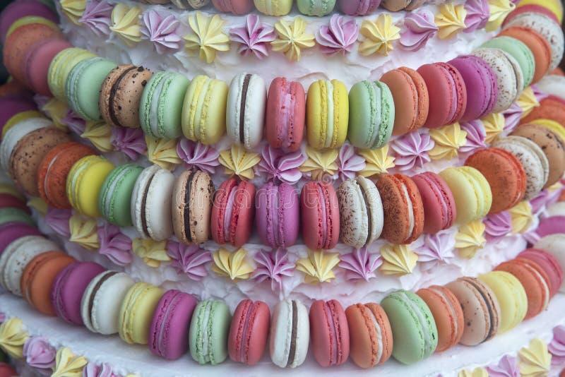 De kleurrijke cake van makaronkoekjes, de advertentie van de suikergoedwinkel stock afbeeldingen