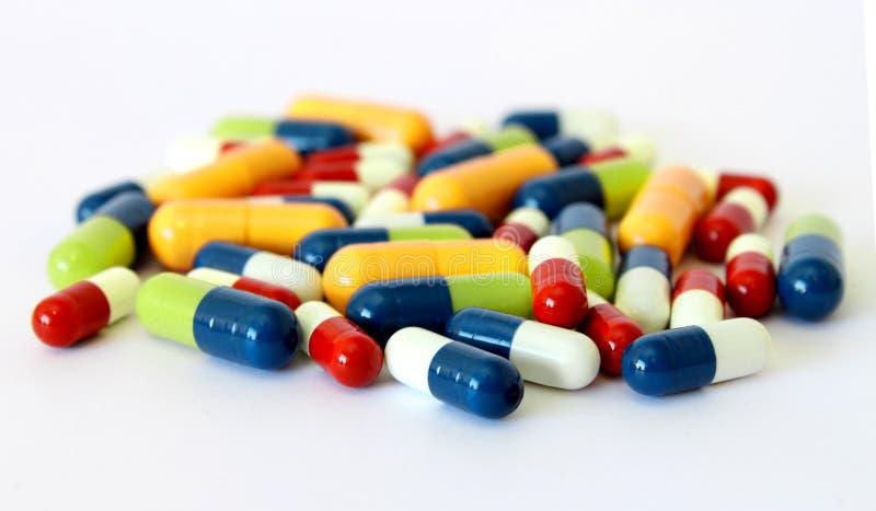 De kleurrijke capsules van drugspillen stock afbeeldingen