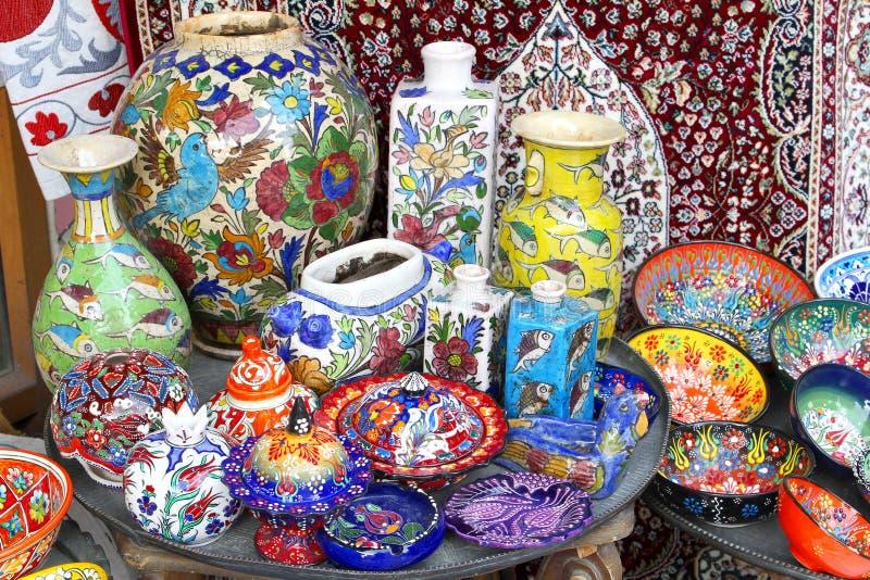 De kleurrijke ceramische reeks van het aardewerkdiner, souk Jeruzalem, Israël stock foto