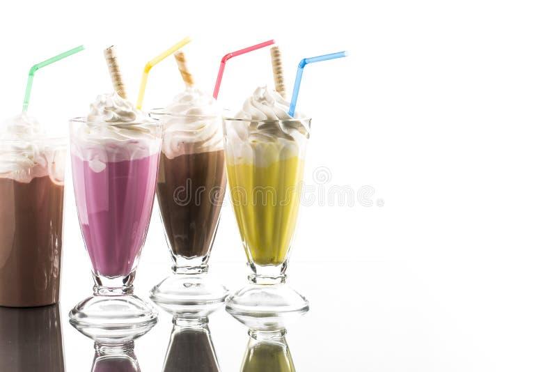 De kleurrijke de zomermilkshake met haalt de bezinning van het kopverstand weg royalty-vrije stock foto