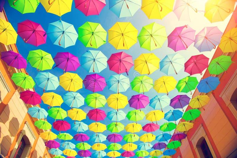 De kleurrijke decoratie van de paraplu's stedelijke straat royalty-vrije stock afbeeldingen