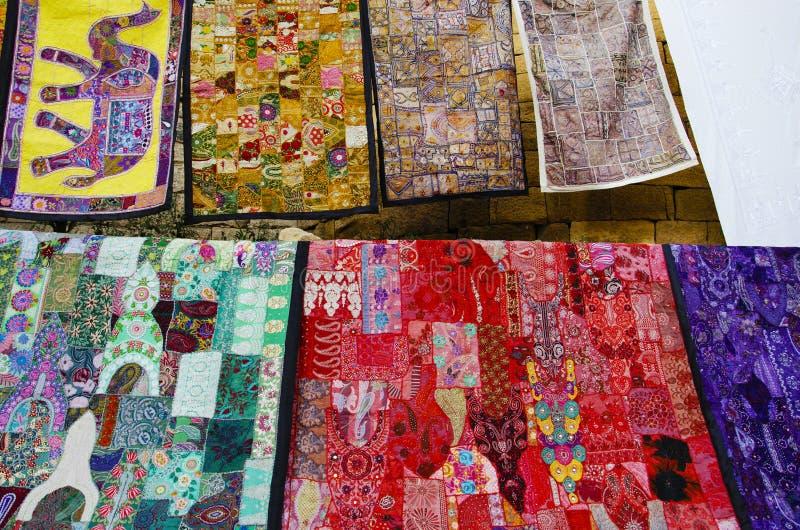De kleurrijke die hand stikte dekens op de muur worden getoond, in het complexe fort wordt gesitueerd, Jaisalmer, Rajasthan, Indi stock foto