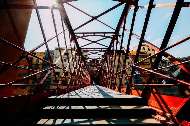 De kleurrijke die huizen door het rode ijzer worden gezien overbruggen in Girona, Catalonië, Spanje royalty-vrije stock afbeeldingen