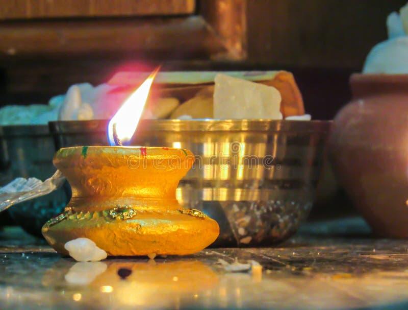 De kleurrijke die lampen van kleidiya tijdens diwaliviering worden aangestoken stock foto's