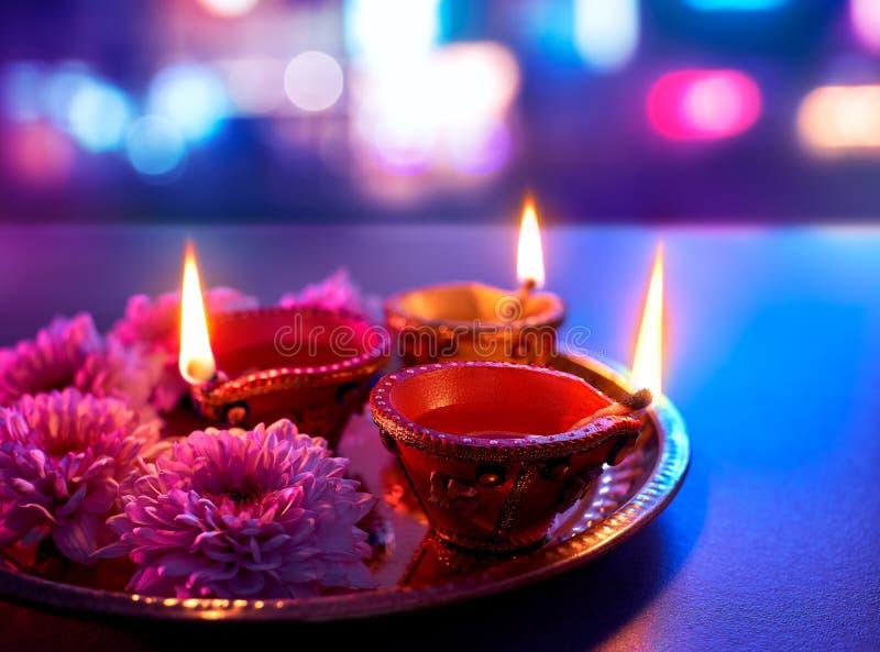 De kleurrijke die lampen van kleidiya tijdens diwaliviering worden aangestoken royalty-vrije stock foto