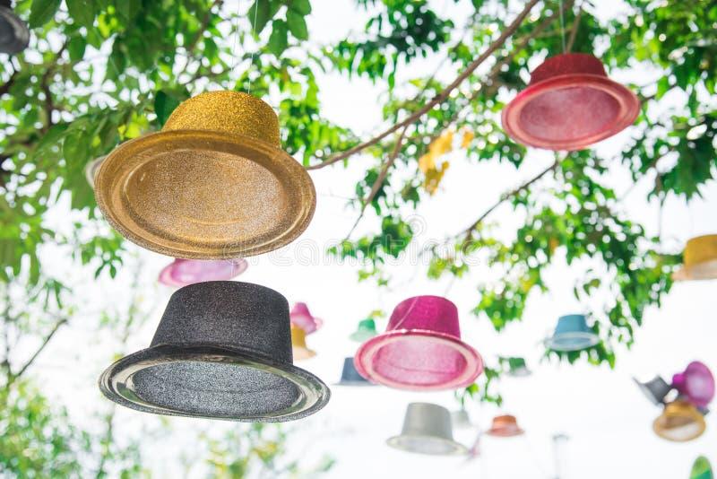 De kleurrijke drijvende hoed onder grote boom bij in openlucht parkeert Objecten en achtergrondconcept Aard en Met de hand gemaak stock foto