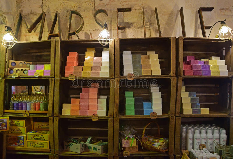 De kleurrijke en populaire zeep van Marseille op muurplanken binnen een winkel royalty-vrije stock fotografie