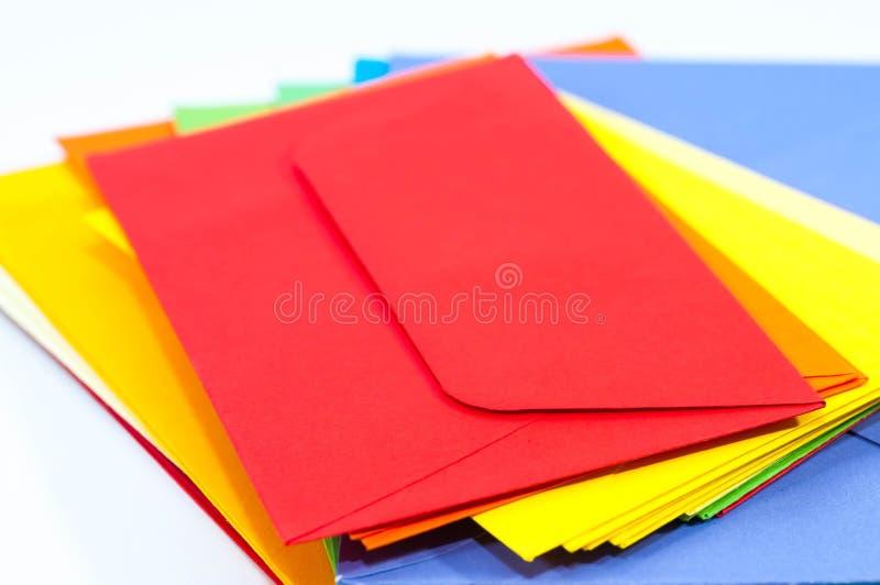 De kleurrijke enveloppen sluiten omhoog macroschot royalty-vrije stock fotografie