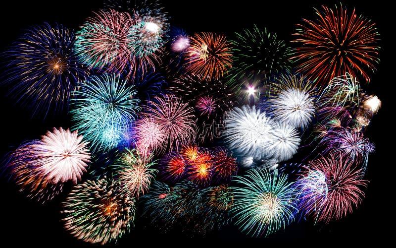 Kleurrijk vuurwerk van diverse kleuren in nachthemel stock afbeelding