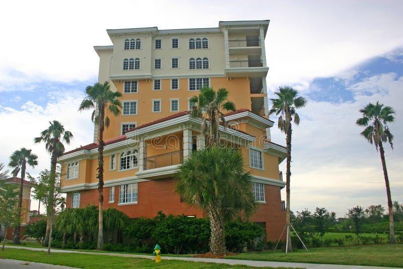 De kleurrijke Flats van het Flatgebouw met koopflats stock fotografie