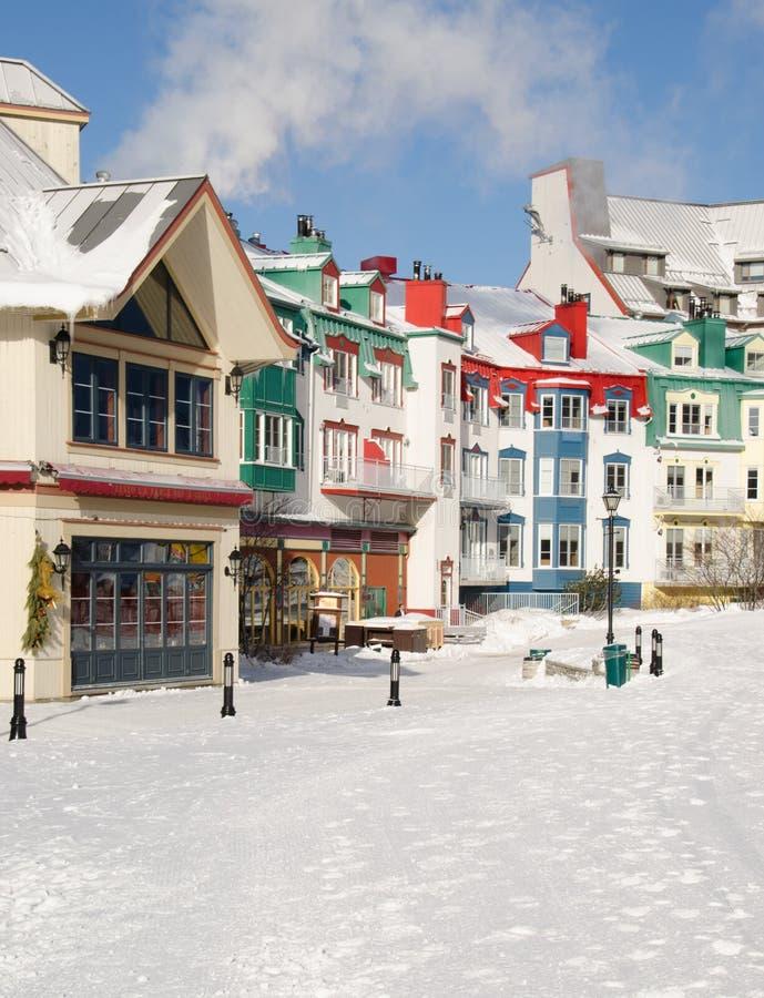De kleurrijke gebouwen en de ski brengen van Mont Tremblant, Quebec onder, royalty-vrije stock afbeeldingen