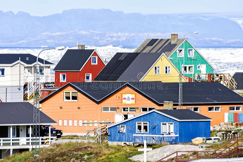 De kleurrijke gebouwen van Ilulissat, Groenland stock foto