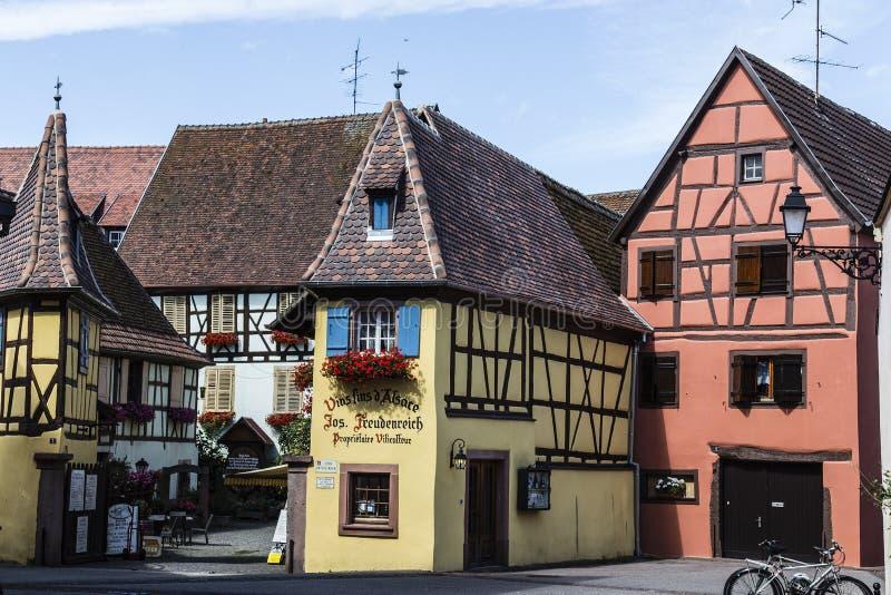 De kleurrijke gebouwen versieren de straatscène van historische steden in de Elzas royalty-vrije stock foto's