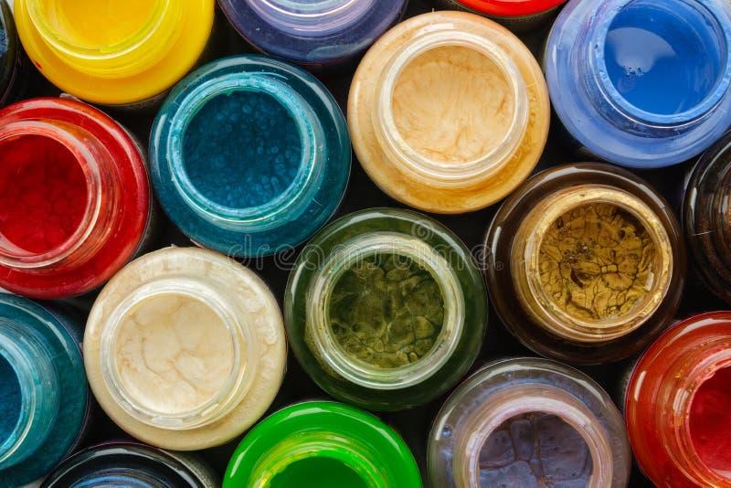 De kleurrijke de gebrandschilderd glasverven of olie, acrylverven sluiten omhoog stock foto