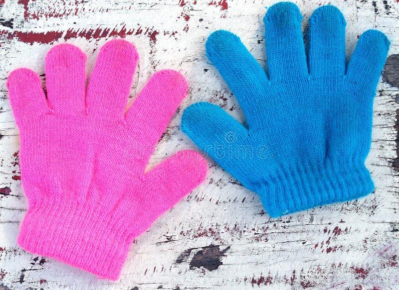 De kleurrijke gebreide handschoen van garenkinderen ` s op oude houten vloerachtergrond royalty-vrije stock afbeelding