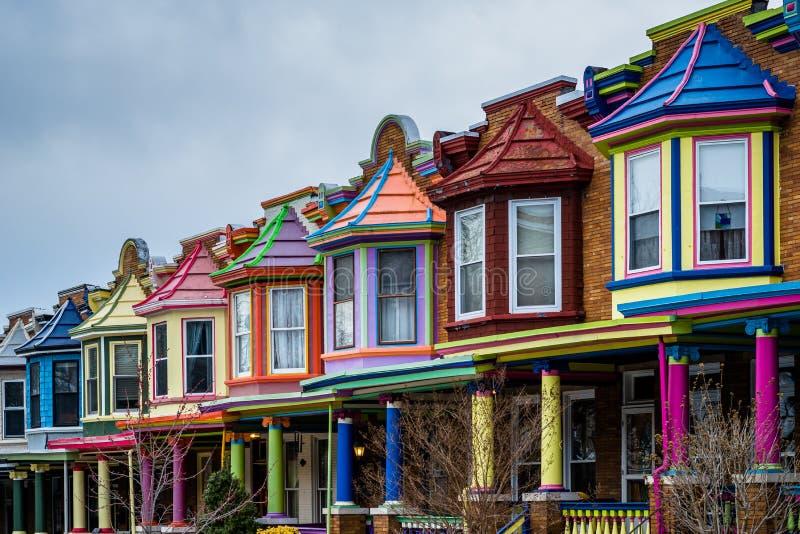 De kleurrijke Geschilderde Damesrijtjeshuizen, op Guilford Avenue, in Charles Village, Baltimore, Maryland royalty-vrije stock afbeeldingen