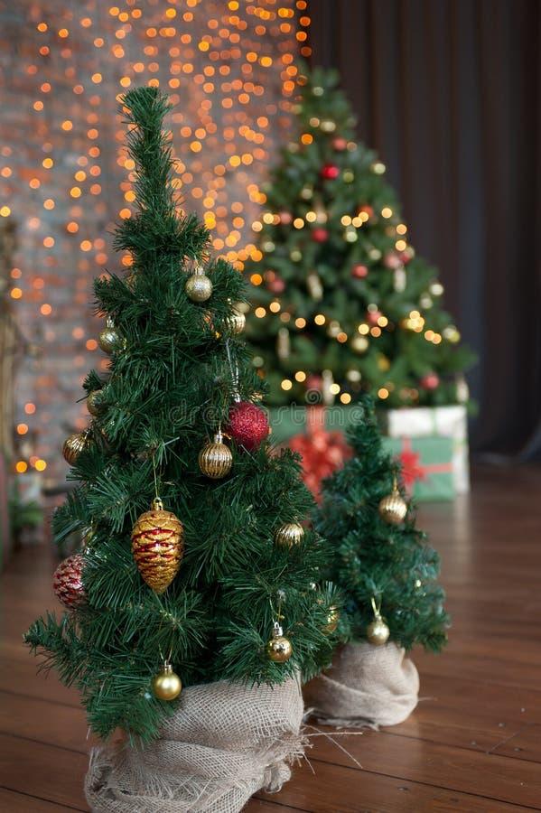 De kleurrijke giften en stelt onder een mooie Kerstmisboom voor royalty-vrije stock foto