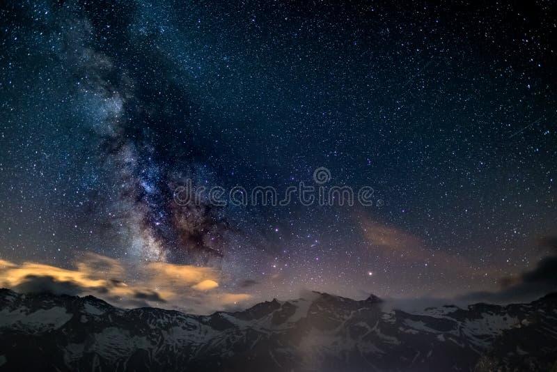 De kleurrijke gloeiende kern van de Melkweg en de sterrige die hemel bij hoge hoogte in zomer op de Italiaanse Alpen, Turijn word royalty-vrije stock foto's