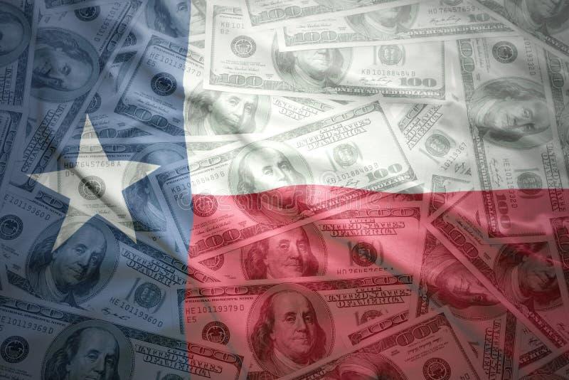 De kleurrijke golvende vlag van de staat van Texas op een Amerikaanse achtergrond van het dollargeld stock afbeeldingen