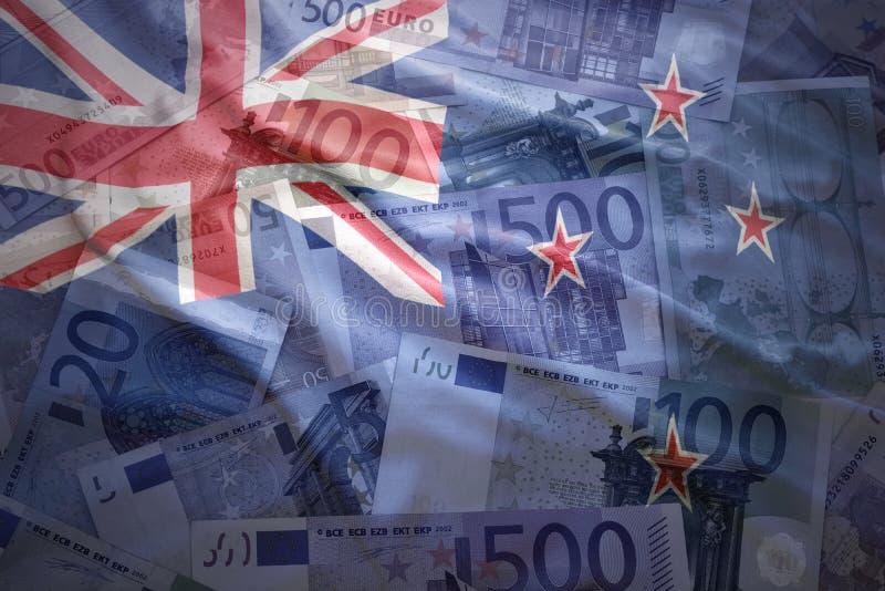 De kleurrijke golvende vlag van Nieuw Zeeland op een euro achtergrond stock afbeeldingen