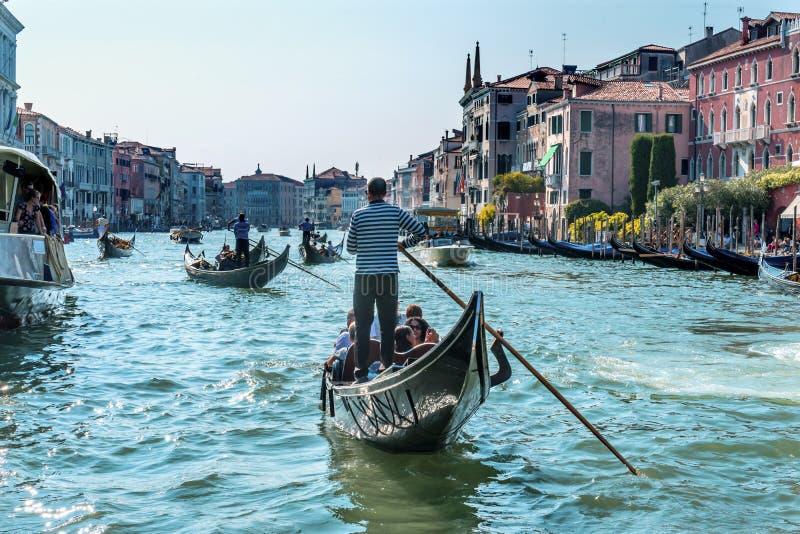 De Kleurrijke Grand Canal Brug Venetië Italië van gondelstouirists royalty-vrije stock foto