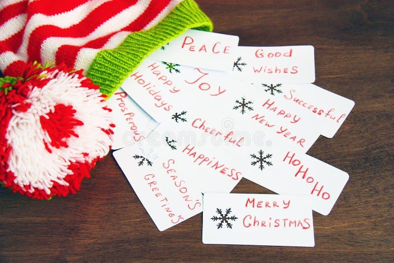 De kleurrijke de helperhoed van de Kerstmis rode, witte en groene gebreide Kerstman, natuurlijke wol, met de hand gemaakte gebrei royalty-vrije stock afbeeldingen