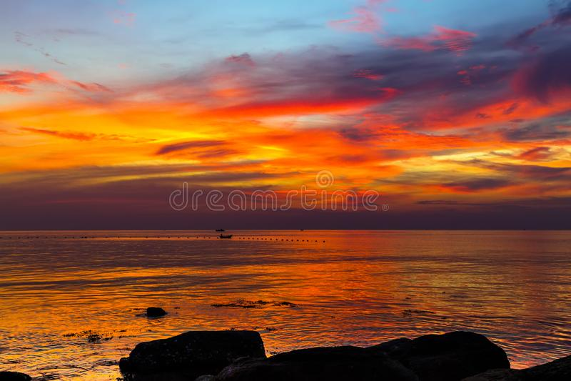 de kleurrijke hemel met wolken bij het eiland van Phu Quoc van het zonsondergangzeegezicht, wedijvert stock fotografie