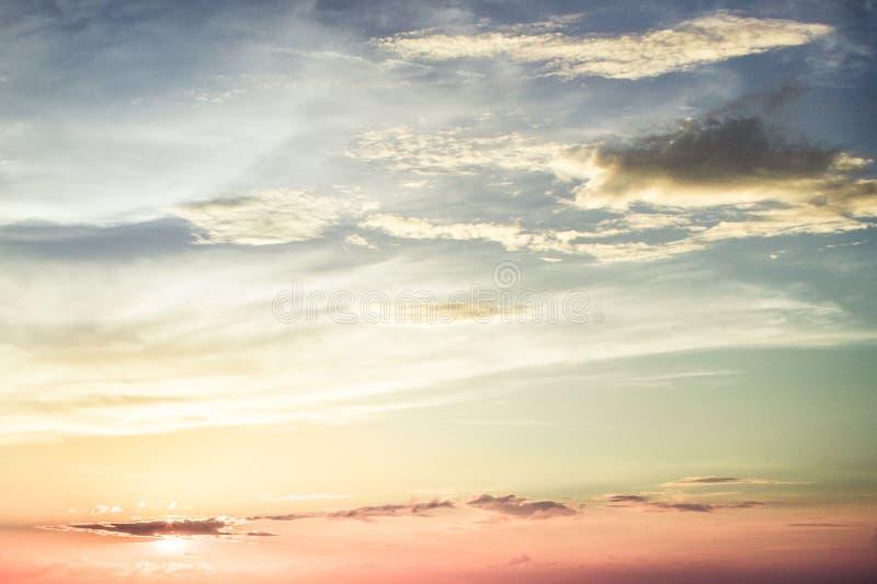 De kleurrijke hemel van de regenboogzonnestraal bij zonsondergang stock afbeeldingen