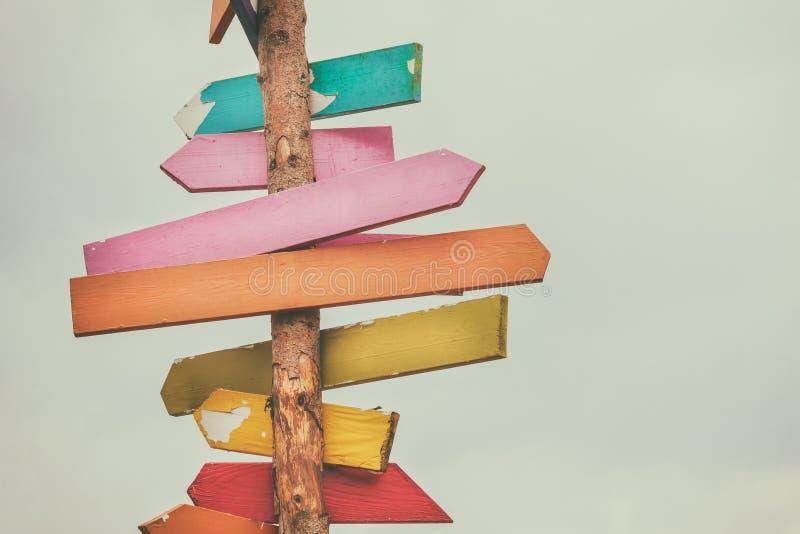 De kleurrijke houten tekens van de richtingspijl stock foto