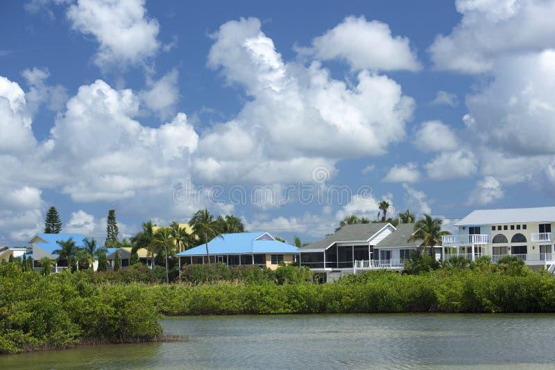 De kleurrijke huizen van de waterkant op Estero-Eiland in Fort Myers Beach, Florida stock foto