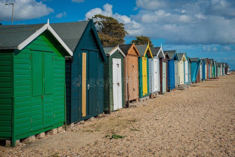 2016 de kleurrijke huizen van het Verenigd Koninkrijk Mersea op het kust Mooie brede strand met interessante gebouwen stock fotografie