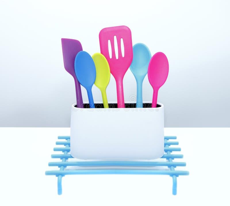 De kleurrijke hulpmiddelen van het keukenwerktuig stock fotografie