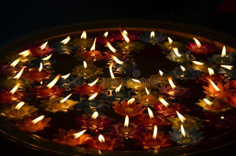 De kleurrijke Kaars die op water drijven voor bidt Boedha stock fotografie