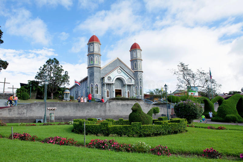 De kleurrijke katholieke kerk van Zarcero, Costa Rica stock fotografie