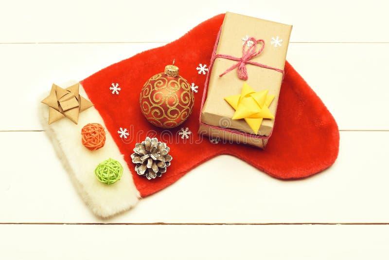 De kleurrijke Kerstmis of Nieuwjaardecoratie omvat gift met roze koord, gele boog, de rode sok van Santa Claus, rode bal stock afbeelding