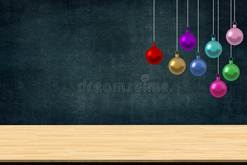 De kleurrijke Kerstmisballen siert het hangen in de klasse van school met bureau op bordachtergrond De ruimte van het beeldexempl stock fotografie