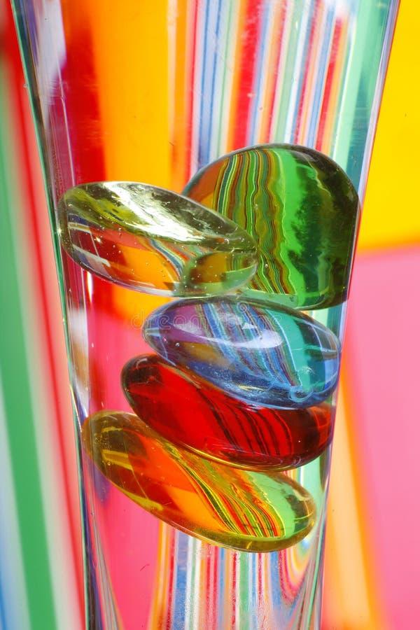 De kleurrijke Kiezelstenen van het Glas in Vaas stock foto's