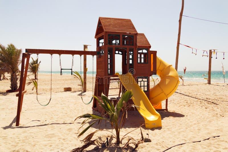 De kleurrijke kinderen` s Speelplaats op het strand op een hete dag, Speelplaats voor kinderen dichtbij het overzees, ontspant en royalty-vrije stock foto's