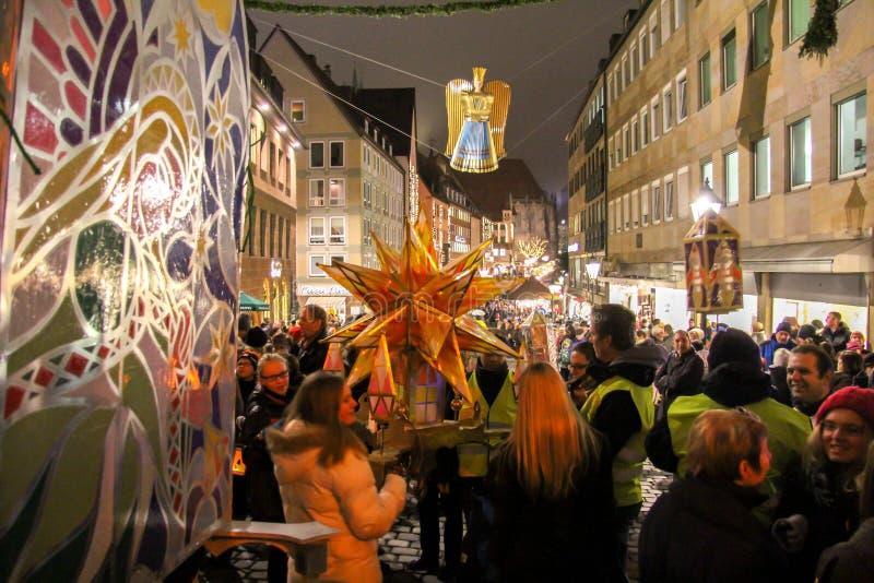 De kleurrijke lantaarnoptocht in Nuremberg, op zijn manier aan het kasteel stock afbeelding