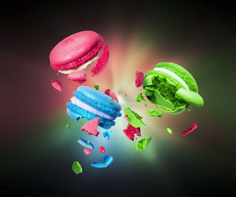 De kleurrijke makarons is gescheurd aan stukken in dark royalty-vrije stock foto