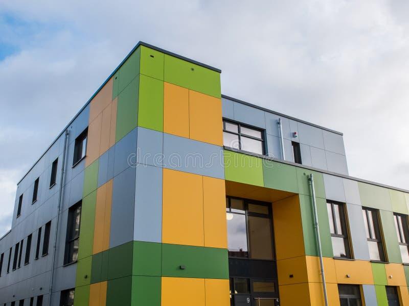 De kleurrijke Moderne Bouw Buiten met Bewolkte Hemel stock fotografie