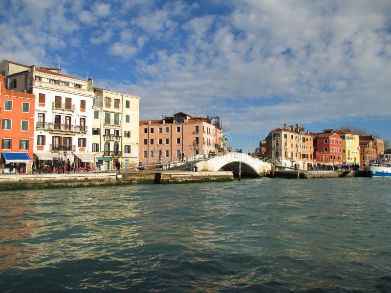 De kleurrijke oude gebouwen en de witte steen overbruggen gezien van Grand Canal van Venetië royalty-vrije stock foto's