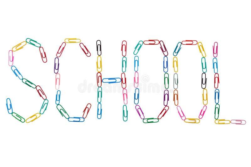 De kleurrijke paperclippen vormen het Engelse woord voor school op witte achtergrond royalty-vrije stock foto