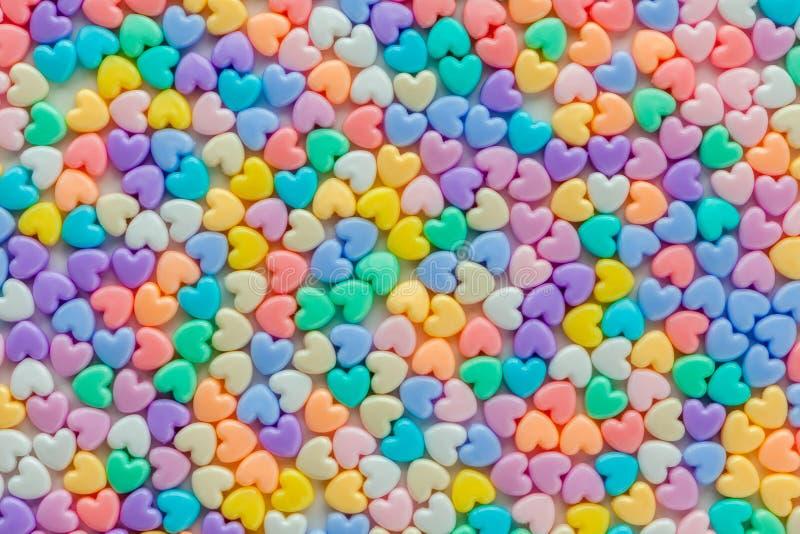 De kleurrijke pastelkleur van hart gevormde parels op witte achtergrond, gebruikt a stock afbeeldingen