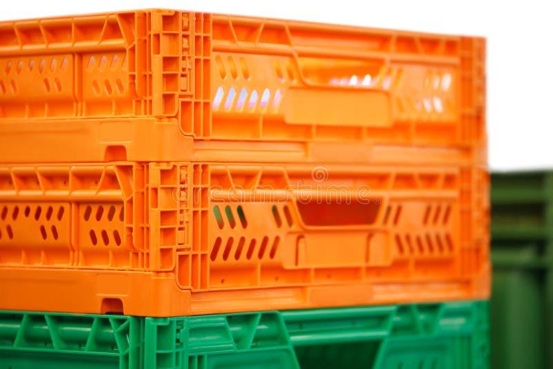 De kleurrijke plastic dozen stapelden op andere stock foto's