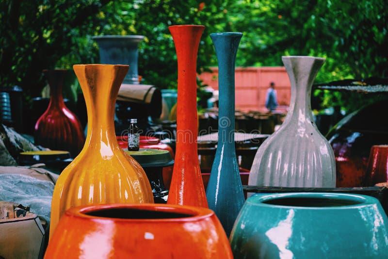 De kleurrijke rode, blauwe, grijze en gele met de hand gemaakte ceramische vazen royalty-vrije stock afbeeldingen