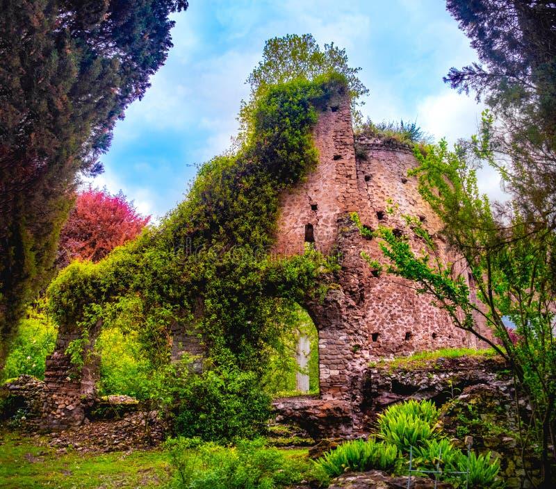 De kleurrijke ruïnes in Giardino-della Ninfa tuiniert in Latina - Lazio - Italië stock foto
