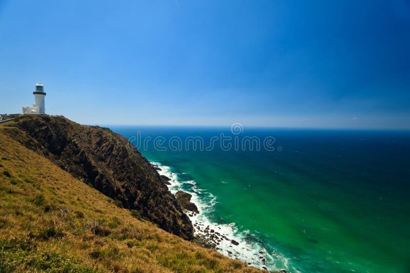 De kleurrijke, Ruwe Vuurtoren van de Baai van Byron van de Kust van Rotsen stock afbeeldingen